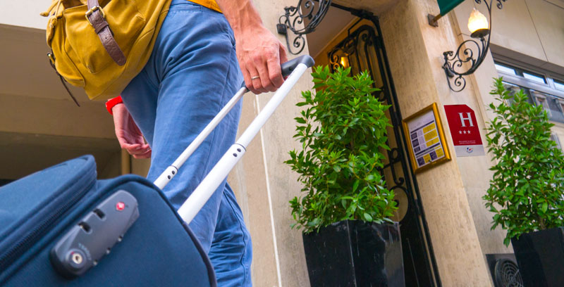 services d'un hôtel : gestion de clés 24/7, stockage de bagages, petit-déjeuner...